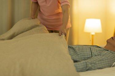 グループホームで介護士が夜勤の仕事をしている様子