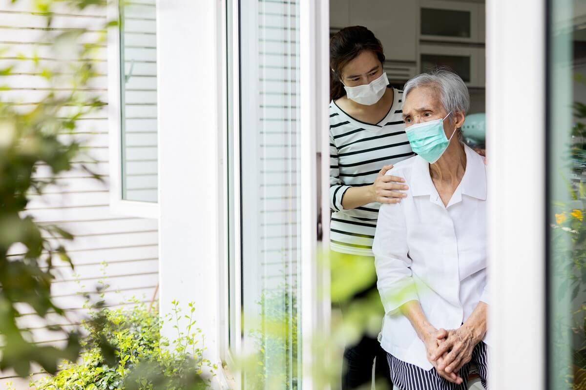 ホームヘルパー 訪問介護士がお年寄りを介護している様子