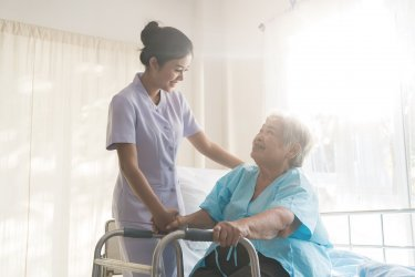 高卒で介護士に就職って実際どう?卒業後すぐ介護職に就いた22歳女性体験談